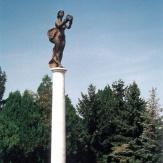 Gádoros - Milleniumi emlékmű: A korona felajánlása